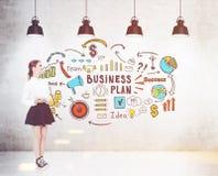 Meisje in tennisschoenen en gestemd businessplan, Royalty-vrije Stock Foto