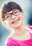 Meisje tiener Pretiener Meisje met glazen Meisje met tandensteunen Jong leuk Kaukasisch blond meisje die tandensteunen en glazen  Stock Foto's