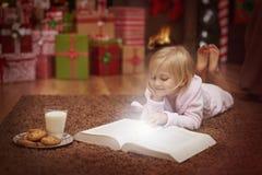 Meisje tijdens Kerstmistijd royalty-vrije stock afbeelding