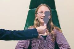 Meisje tijdens oogtest royalty-vrije stock afbeelding