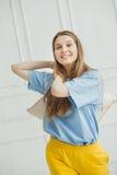 Meisje in toevallige doek die somebody door hoofdkussen gaan raken Royalty-vrije Stock Fotografie