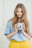 Meisje in toevallige doektribunes met in hand videocamera Stock Fotografie