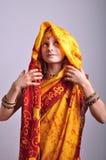 Meisje in traditionele Indische kleding en jeweleries royalty-vrije stock afbeelding