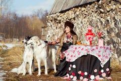 Meisje in traditionele kleren Stock Foto