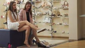 Meisje tryes op pantoffels bij de winkel stock video