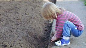 Meisje in tuin stock footage