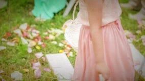 Meisje twee die Bloembloemblaadjes werpen stock video