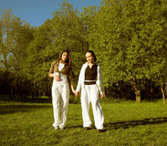 Meisje twee die in park springt royalty-vrije stock foto