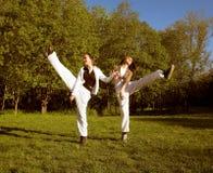 Meisje twee die in park springt stock foto
