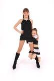 Meisje twee in het zwarte kleding stellen in studio Royalty-vrije Stock Afbeeldingen