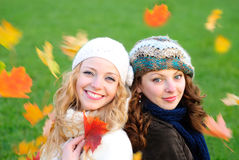 Meisje twee onder de esdoorn stock afbeelding