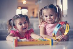 Meisje twee op muziekschool royalty-vrije stock foto