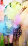 Meisje twee tijdens Holi-festival werpt kleurenverven stock afbeelding