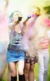Meisje twee tijdens Holi-festival werpt kleurenverven royalty-vrije stock fotografie