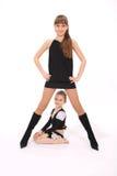 Meisje twee in zwartenkleding het stellen in studio Stock Afbeeldingen
