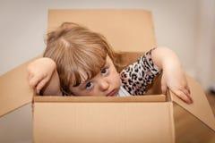Meisje uit de doos Stock Afbeelding
