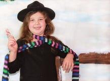 Meisje uit in de sneeuw met hoed Royalty-vrije Stock Foto