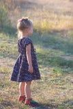 Meisje in uitstekende kleding in openlucht Stock Foto