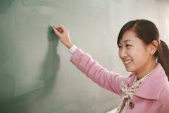 Meisje vóór bord royalty-vrije stock afbeeldingen