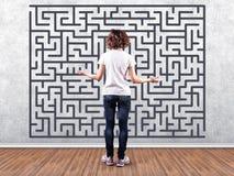 Meisje vóór een labyrint Royalty-vrije Stock Afbeelding