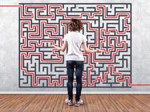 Meisje vóór een labyrint Stock Afbeeldingen