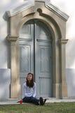 Meisje vóór kerk Stock Foto's
