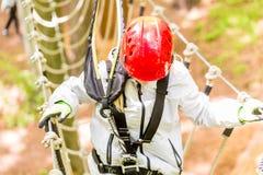 Meisje van boven het beklimmen in hoge kabelcursus die wordt gezien Royalty-vrije Stock Afbeelding
