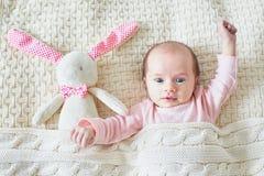 Meisje van de één maand het oude baby met roze konijntje stock foto's