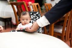 meisje van de 7 maand het oude Aziatische baby, dat het menu houdt Royalty-vrije Stock Afbeeldingen