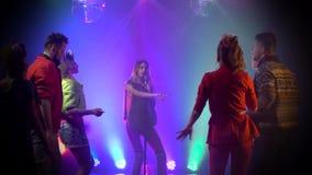 Meisje van de club zingt retro muziek rond mensen die dansen te zingen Rook achtergrond stock videobeelden