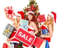 Meisje in van de de hoedenholding van de Kerstman de giftdoos van Kerstmis. Stock Afbeelding