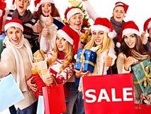 Meisje in van de holdingskerstmis van de Kerstmanhoed de giftdoos. Royalty-vrije Stock Foto's