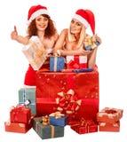 Meisje in van de holdingskerstmis van de Kerstmanhoed de giftdoos royalty-vrije stock foto