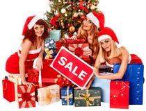 Meisje in van de holdingskerstmis van de Kerstmanhoed de giftdoos Stock Foto
