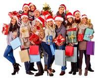 Meisje in van de holdingskerstmis van de Kerstmanhoed de giftdoos Stock Foto's