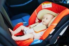 meisje van de 2 maand het oude baby in autozetel stock fotografie
