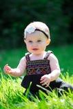 6 Meisje van de maand het Oude Baby in openlucht Royalty-vrije Stock Afbeeldingen