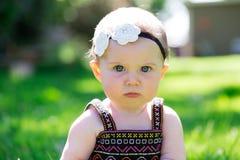 6 Meisje van de maand het Oude Baby in openlucht Stock Afbeelding