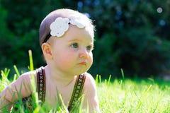 6 Meisje van de maand het Oude Baby in openlucht Stock Fotografie