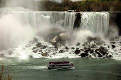 Meisje van de Mist in Niagara-Dalingen Stock Foto's