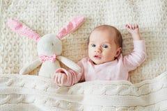 Meisje van de ??n maand het oude baby met roze konijntje royalty-vrije stock fotografie