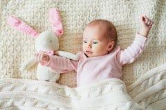 Meisje van de ??n maand het oude baby met roze konijntje stock afbeelding