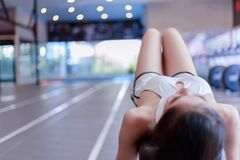 Meisje van de portret het aantrekkelijke mooie sport: De charmante vrouw neemt a stock afbeeldingen
