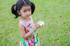 Meisje van de portret het Aziatische baby met bloem in haar hand Royalty-vrije Stock Afbeeldingen