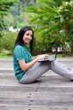 Meisje van de portret het jonge vrij Aziatische moslimuniversiteit met laptop en glimlach royalty-vrije stock afbeelding