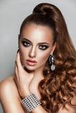 Meisje van de schoonheids het donkerbruine mannequin met lange gezonde krullende bruine haarpaardestaart Stock Foto