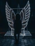 Meisje van engelen het lichte instalation stock fotografie