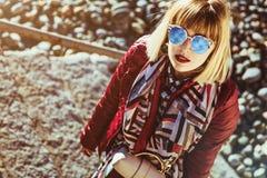 Meisje van het manier het moderne Mooie blonde met zonglazen Bezinning van de hemel zonnig Rode Lippen piercing stock foto's