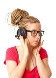 Meisje vele vlechtenkapsel dat aan de muziek luistert royalty-vrije stock fotografie