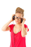 Meisje vele vlechtenkapsel met hoofdtelefoons royalty-vrije stock afbeelding